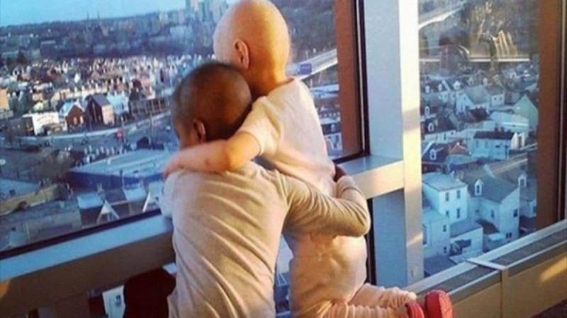 2 μικρά κορίτσια παλεύουν αγκαλιασμένα με τον καρκίνο! Η συγκινητική φωτογραφία που έγινε viral