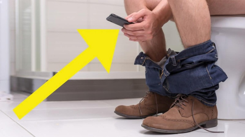 Παίρνετε το κινητό σας τηλέφωνο μαζί σας όταν πάτε τουαλέτα; Τεράστιο λάθος… Δείτε τι μπορεί να πάθετε!