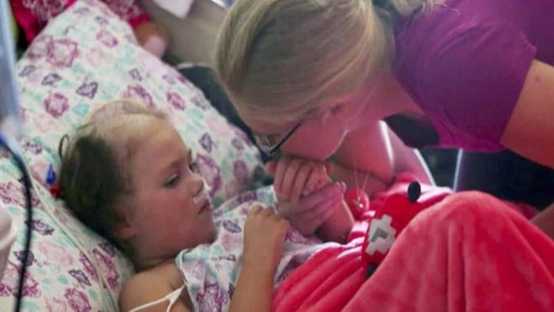 Οι γονείς ήταν έτοιμοι να αποχαιρετήσουν την ετοιμοθάνατη κόρη τους - Τότε όμως τους είπε κάτι που τους έκανε να παγώσουν… (Video)