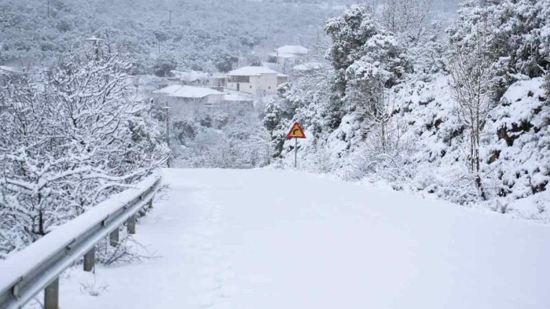Κακοκαιρία «Μήδεια»: Εφιαλτική νύχτα στην Αττική - Κλείνει και η Εθνική οδός από τις χιονοπτώσεις