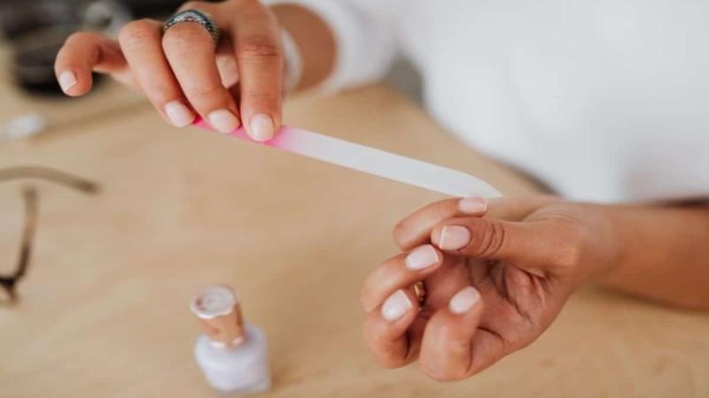 Γιατί ξεφλουδίζουν τα νύχια σας; 4 τρόποι να το αντιμετωπίσετε