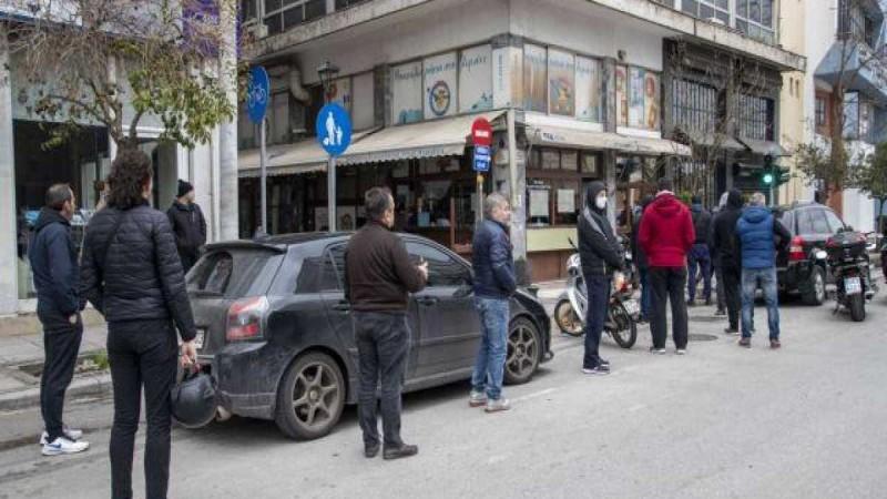 Κορωνοϊός: Πρόστιμο 300 ευρώ σε όσους κάθονται έξω από τα μαγαζιά