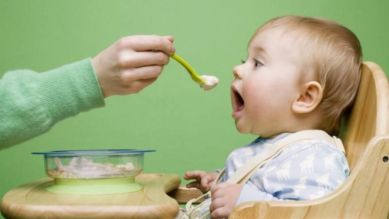 Μεγάλη προσοχή: 6+1 τροφές που βάζουν σε κίνδυνο το μωρό σας