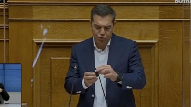 Η… κατάρα Μητσοτάκη έπεσε πάνω του: Έσπασε το μικρόφωνο του Αλέξη Τσίπρα στην ομιλία του!