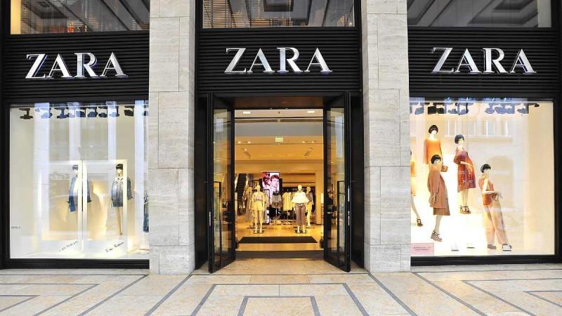 ZARA: Πανζουρλισμός για αυτό το φόρεμα που κοστίζει κάτω από 30 ευρώ