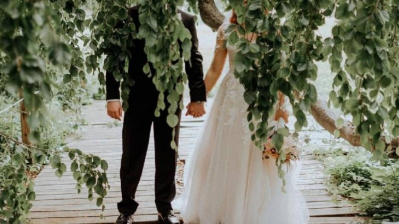 Πρώτη νύχτα του γάμου το νιόπαντρο ζευγάρι επιστρέφει σπίτι μετά την εκκλησία... Το ανέκδοτο της ημέρας 10/3