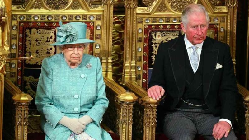 «Βόμβα» στο Buckingham: Ο Κάρολος παίρνει άμεσα το στέμμα από την Ελισάβετ!