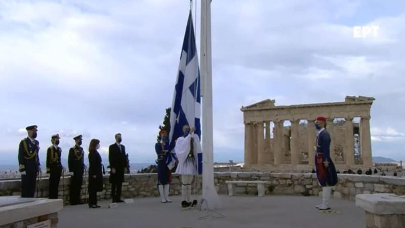 Ανατριχίλα: Η έπαρση της Ελληνικής σημαίας στον Ιερό Βράχο της Ακρόπολης (Video)