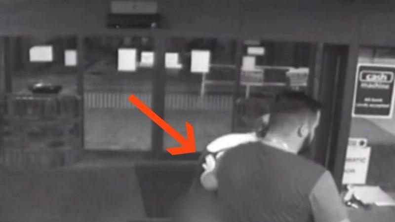 Κάμερα κατέγραψε έγκυο να γεννάει όρθια στην είσοδο του νοσοκομείου