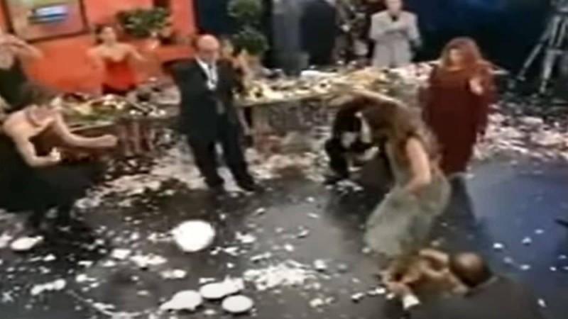 Ελληνίδα τραγουδίστρια χορεύει το πιο... ασήκωτο ζεϊμπέκικο και μας μερακλώνει!