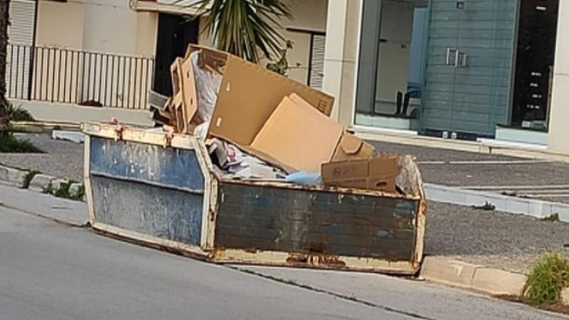 Μαρκόπουλο: Κάδος για μπάζα στη μέση του δρόμου, αμέσως μετά από στροφή - Παρά τις καταγγελίες δεν τον παίρνει κανείς