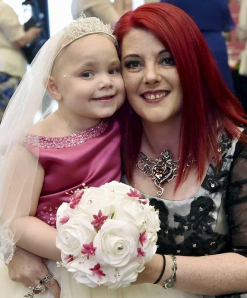 Κοριτσάκι με καρκίνο παντρεύεται τον καλύτερο της φίλο