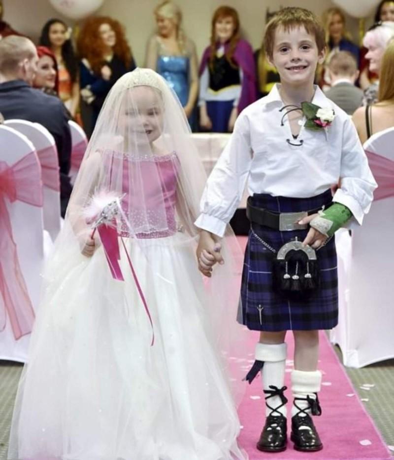 Κοριτσάκι στο τελευταίο στάδιο του καρκίνου παντρεύεται τον καλύτερο της φίλο