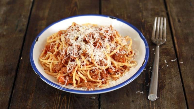 Απίστευτη ιταλική συνταγή: Μακαρόνια με αυθεντική σάλτσα Μπολονέζ