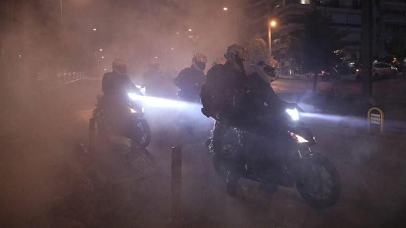 Νέα επεισόδια στην Νέα Σμύρνη: Συγκέντρωση με ρίψεις μολότοφ και χημικών στην περιοχή