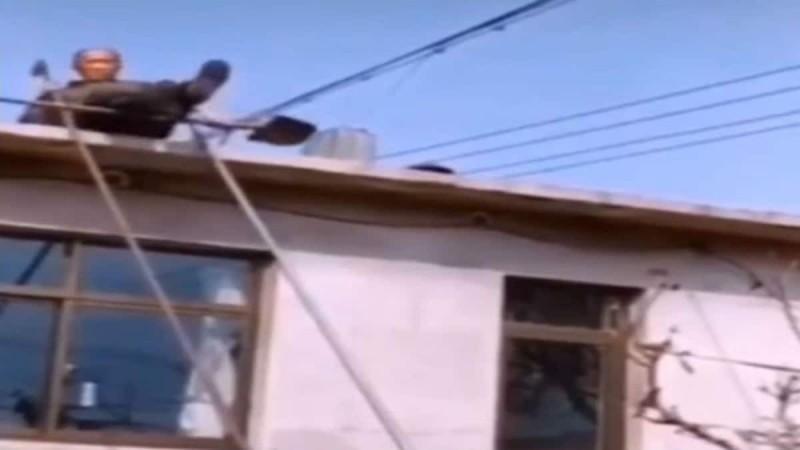 77χρονος παππούς θέλησε να κατέβει απ' τη στέγη χωρίς σκάλα - Δεν φαντάζεστε τι συνέβη... (Video)