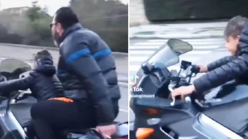 Πατέρας έβαλε το παιδί του να οδηγήσει μηχανή πολλών κυβικών - Τέρμα τα γκάζια και χωρίς κράνη
