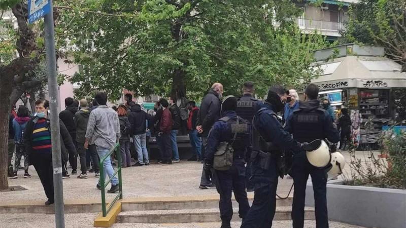 Έκρυθμη η ατμόσφαιρα στην Πλατεία Βαρνάβα λόγω της παρουσίας των αστυνομικών