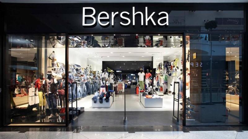 Bershka: Το μαύρο φόρεμα που θα σου λύσει τα χέρια κάνει μόνο 15.99 €