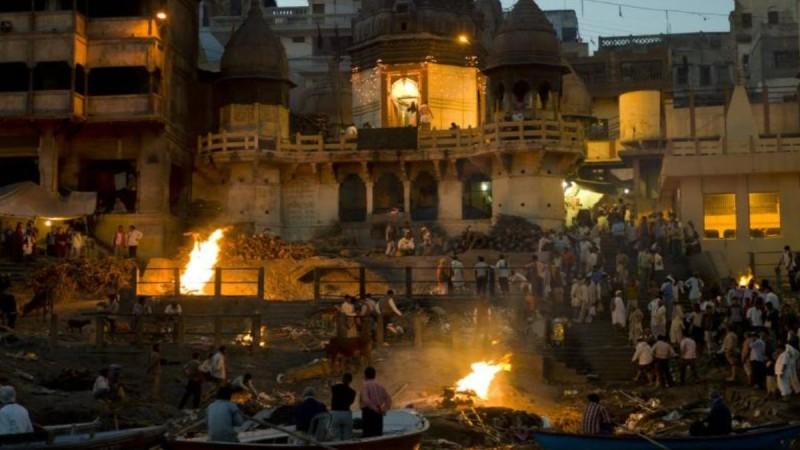 Ο κορωνοϊός λυγίζει την Ινδία: Ατελείωτα κρεματόρια - Φεύγουν οι Έλληνες