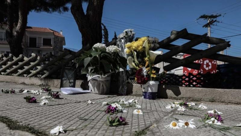 Γιώργος Καραϊβάζ: Ένα λουλούδι στη μνήμη του αφήνουν στο σημείο που έπεσε νεκρός η σύζυγος του και γείτονες
