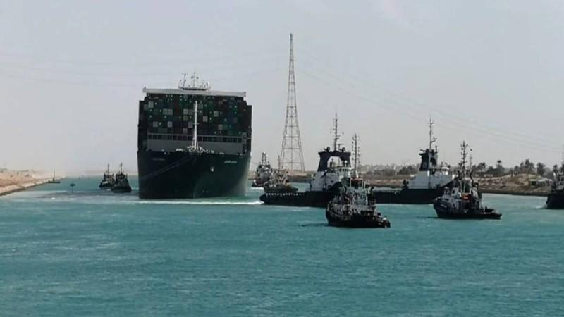 Σουέζ: Πλοίο με ελληνική σημαία μπλόκαρε ξανά τη διώρυγα!