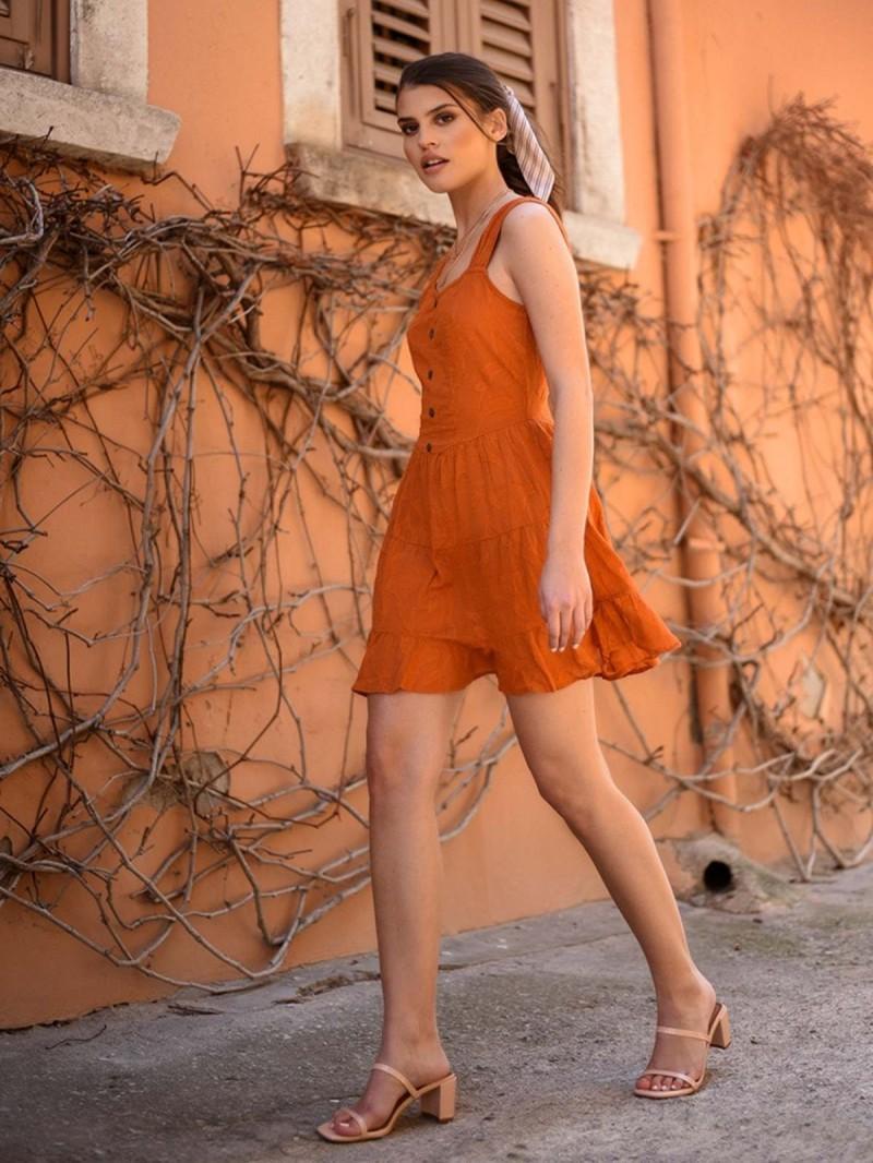 Αυτό το πορτοκαλί φόρεμα μπορείς να το βάλεις και με πέδιλο και με sneakers