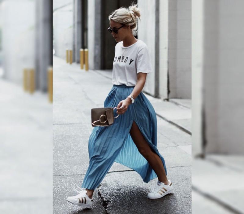 Φούστα με sneakers και oversized t-shirt