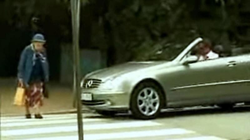 Εκνευρισμένος οδηγός κορνάρει επίμονα σε γιαγιά που περνάει τη διάβαση - Η εκδίκησή της; Επική! (Video)