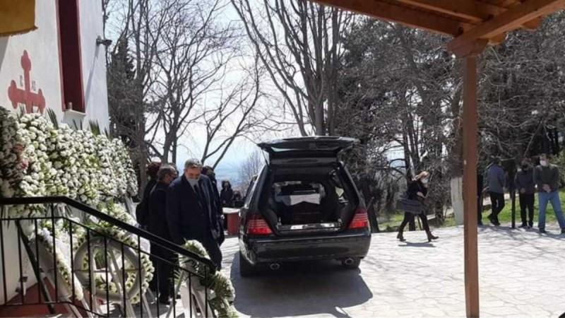 Γιώργος Καραϊβάζ: Ανείπωτη θλίψη στην κηδεία του δημοσιογράφου στη Δράμα (photo)