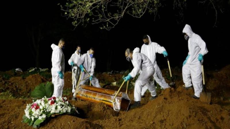 Εικόνες τρόμου στη Βραζιλία: Αδειάζουν παλιούς τάφους για να βάλουν μέσα νεκρούς από το κορωνοϊό