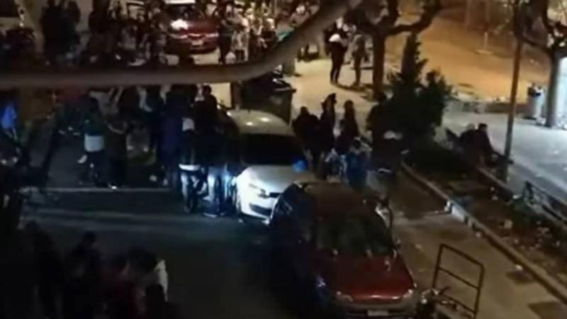 Ποιο lockdown; Κορωνοπάρτι με DJ και φωτοβολίδες στην πλατεία Βαρνάβα στο Παγκράτι! (Video)