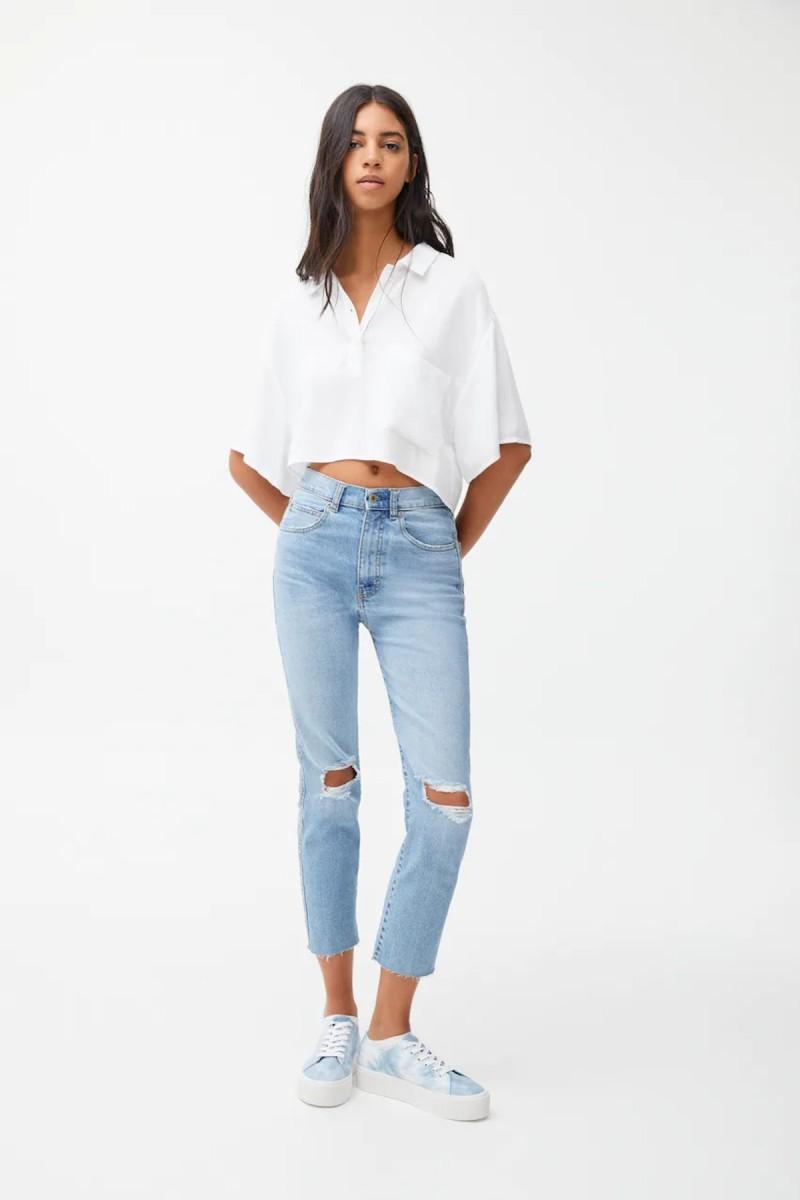 Mom jeans ανοιχτόχρωμο με σκισίματα στα γόνατα
