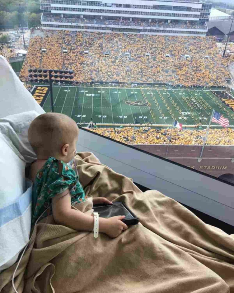 Άρρωστο παιδί σε νοσοκομείο πέταξε από τη χαρά του όταν 70.000 φίλαθλοι γύρισαν προς το μέρος του και το χαιρέτησαν