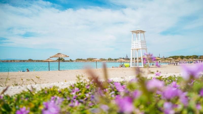Γλυφάδα: Νέες ομπρέλες στην παραλία