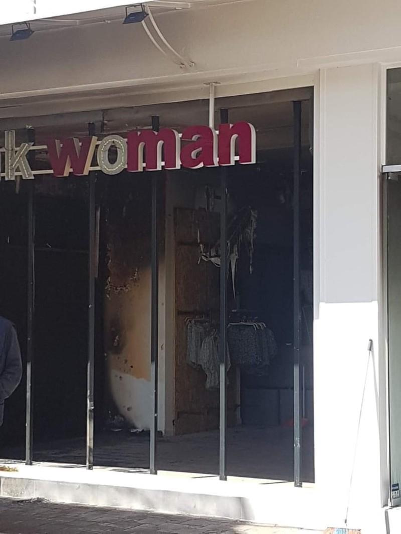 Eπίθεση με μολότοφ δέχτηκε το κατάστημα pink woman στο Μεσολόγγι