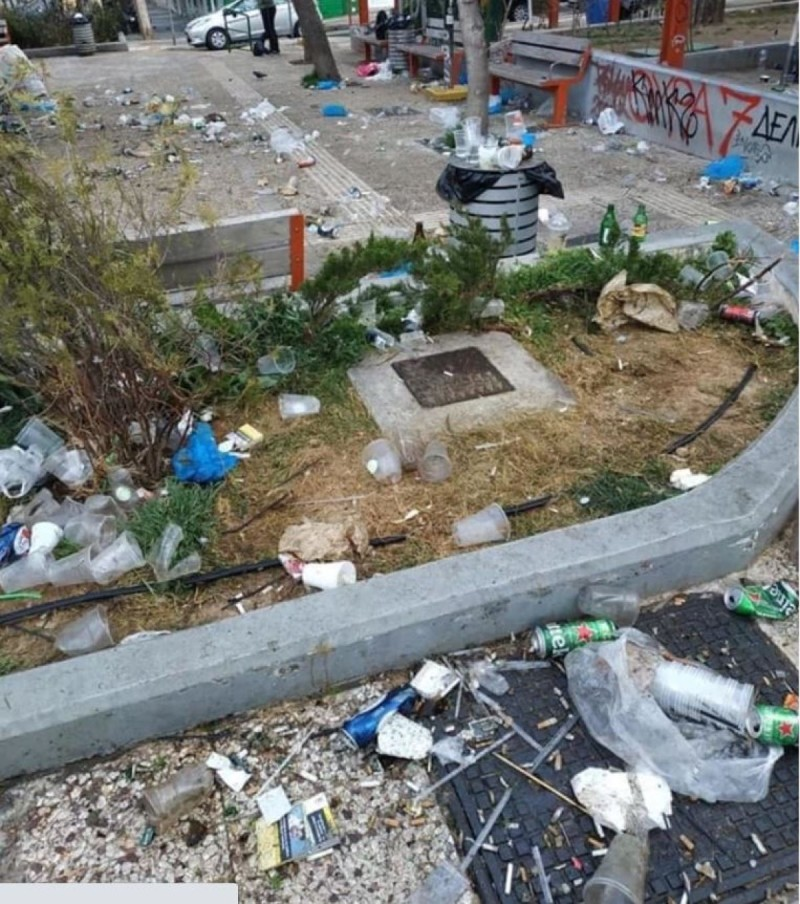 Χωματερή η πλατεία Βαρνάβα μετά το κορωνοπάρτι