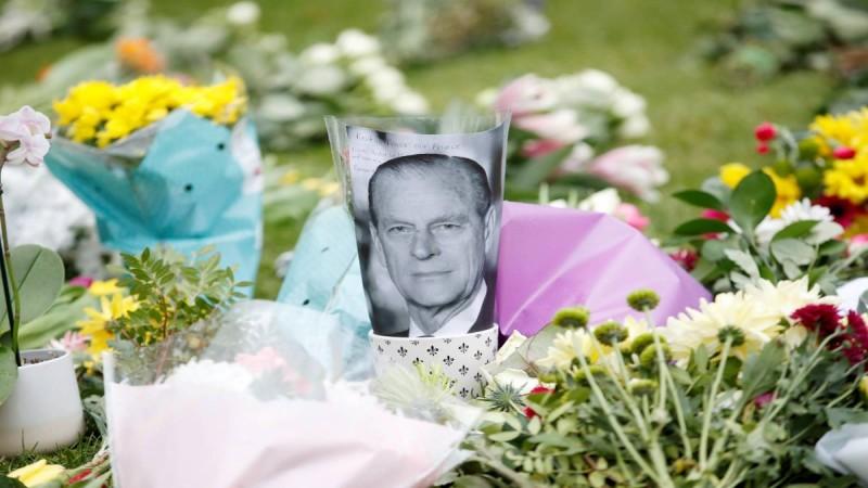 Πρίγκιπας Φίλιππος: Οι Βρετανοί αφήνουν λουλούδια στο Γουίνδσορ