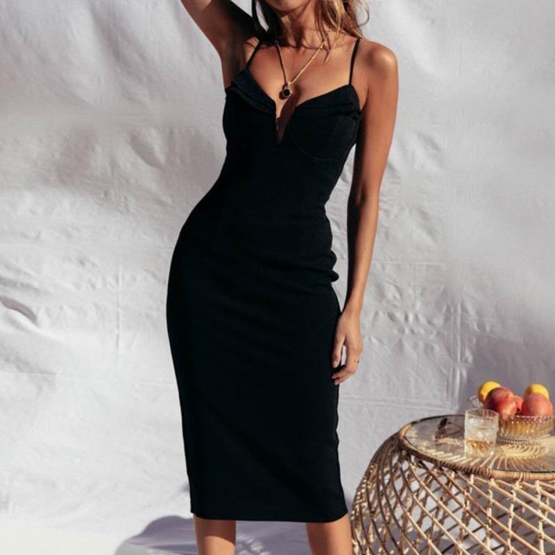 Ένα στενό φόρεμα κολακεύει το μεγάλο στήθος