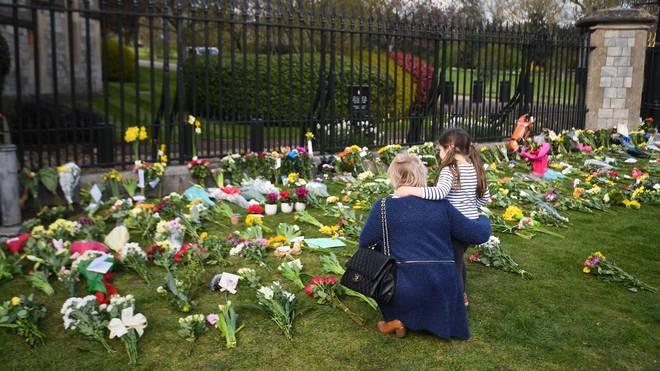 Αφήνουν λουλούδια στο Γουίνδσορ για τον πρίγκιπα Φίλιππο