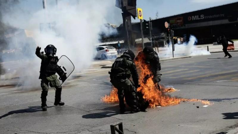 Θεσσαλονίκη: Η σοκαριστική στιγμή όπου διαδηλωτής τυλίγεται στις φλόγες από μολότοφ (Video)