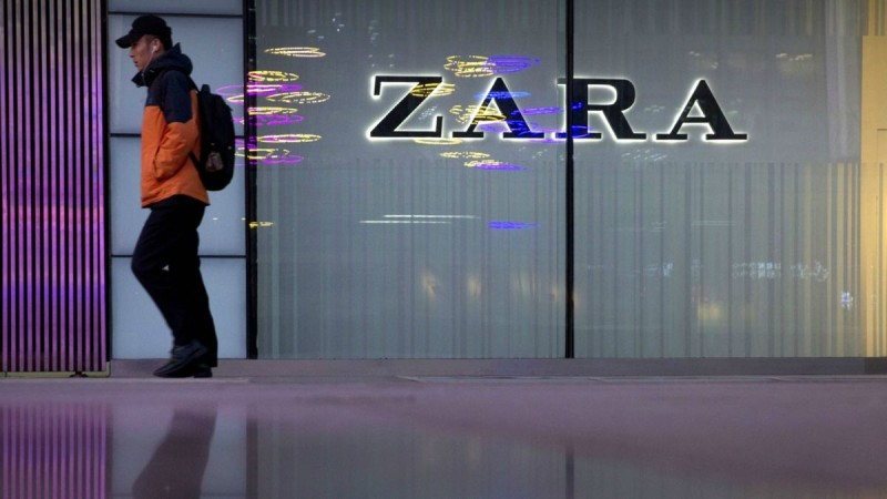 ZARA: Αγοράστε μακρύ πλεκτό φόρεμα σε σούπερ τιμή