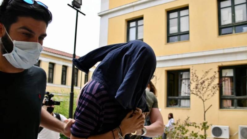 Στον Εισαγγελέα με χειροπέδες στα χέρια ο 22χρονος