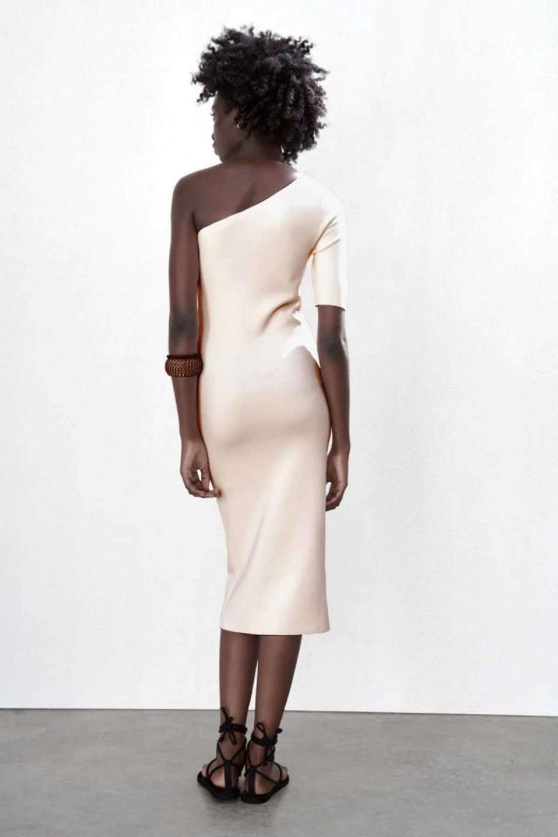 Εντυπωσιακό πλεκτό φόρεμα από το ZARA