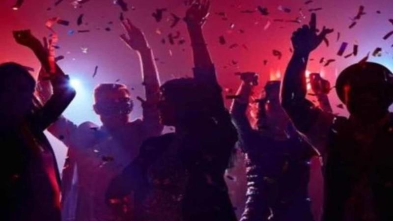Κορωνοπάρτι στην Πάτρα με ποτά και καπνογόνα
