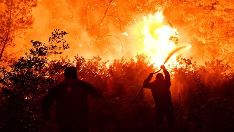 Φωτιά στον Σχίνο Κορινθίας: Με βροχές και καταιγίδες θα ενισχυθεί η κατάσβεσή της