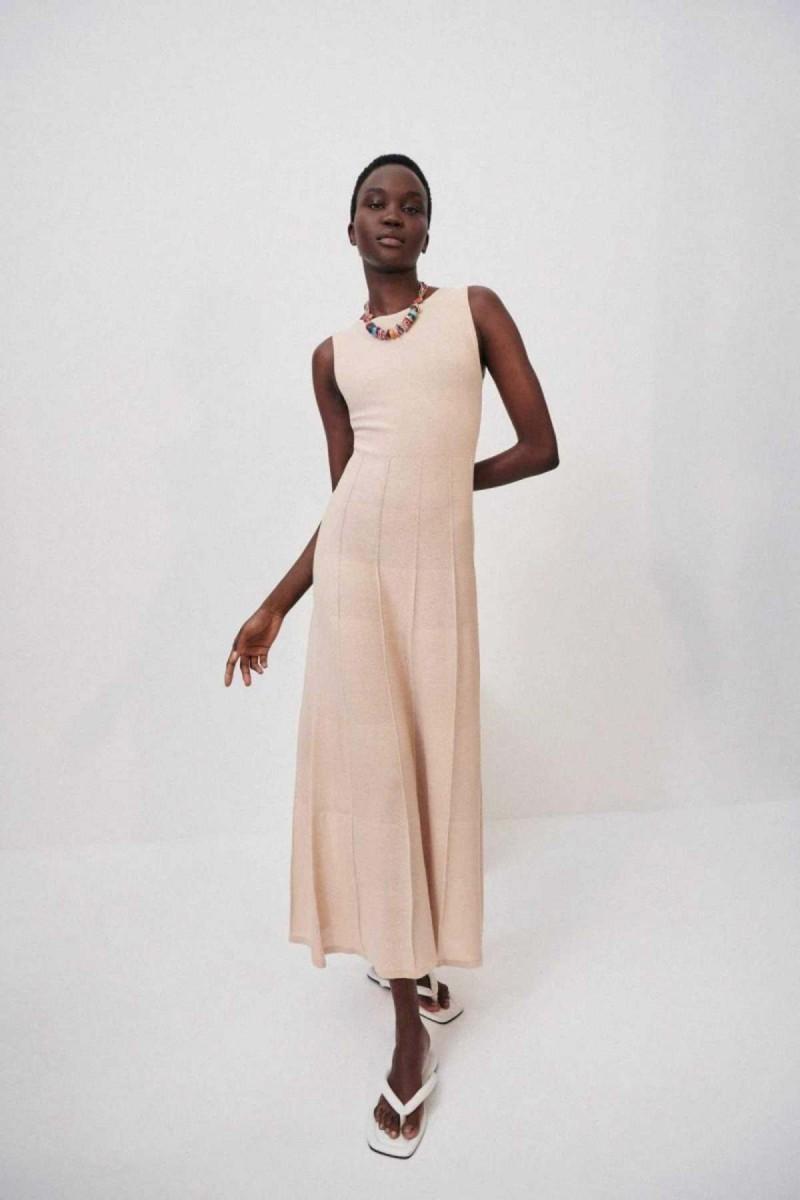 Πλεκτά οικονομικά πλεκτά φορέματα από το ZARA