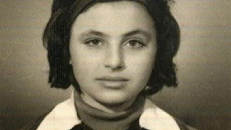 Μπορείτε να αναγνωρίσετε το κορίτσι της φωτογραφίας;  Σήμερα είναι πασίγνωστη Ελληνίδα τραγουδίστρια