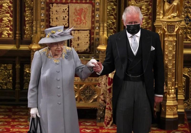 Στην πρώτη της δημόσια εμφάνιση η βασίλισσα ελισάβετ συνοδευόταν από τον γιο της Κάρολο