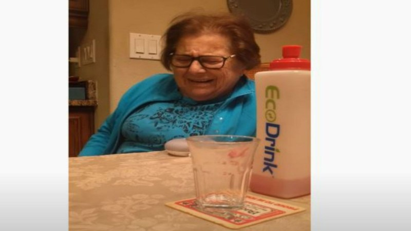 Έδωσαν στη γιαγιά τους αυτή την περίεργη συσκευή - Μόλις την είδε άρχισε να... Απίστευτο! (Video)